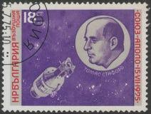 St Petersburg, Rússia - 27 de novembro de 2018: Selo postal impresso em Bulgária com um retrato de Thomas Stafford imagem de stock