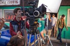 ST PETERSBURG, RÚSSIA - 31 DE OUTUBRO DE 2018: Grupo de filme no lugar cinematógrafo da câmera 4K imagens de stock
