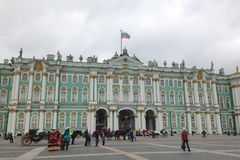 St Petersburg, Rússia - 11 de outubro de 2014: Resto dos povos, caminhada ao longo do quadrado do palácio perto do palácio do inv imagem de stock royalty free