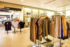 St Petersburg Rússia 06 10 de roupa das lojas complexo 2018 de compra Coleção do verão imagem de stock
