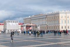 St Petersburg, Rússia - 25 de setembro de 2017: Concerto no quadrado do palácio no fim da estação do motociclista Fotografia de Stock Royalty Free