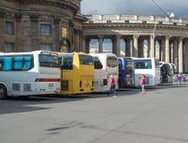 St Petersburg Rússia 2 de setembro de 2016: Ônibus de excursão perto da catedral de Kazan em St Petersburg, Rússia Fotos de Stock Royalty Free