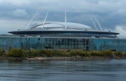 St Petersburg, Rússia - 21 de setembro de 2017: Estádio do zênite do clube do futebol da água Céu do trovão Fotografia de Stock Royalty Free