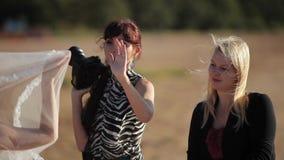 ST PETERSBURG, RÚSSIA - 19 DE SETEMBRO DE 2014: Fotógrafo que toma a foto de acenar o véu nupcial video estoque