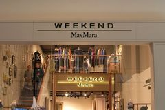 St Petersburg, Rússia - 7 de setembro de 2018: Loja da empresa de Max Mara Weekend no shopping fotografia de stock