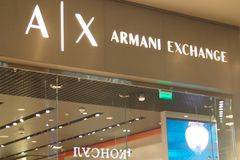 St Petersburg, Rússia - 7 de setembro de 2018: Loja da troca de Armani no shopping fotografia de stock
