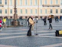 St Petersburg, Rússia - 21 de setembro de 2017: Músico da rua no quadrado do palácio, St Petersburg, Rússia Foto de Stock Royalty Free