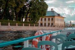 St Petersburg, Rússia - 11 de setembro de 2018: Vista do palácio de verão de Peter o grande no jardim do verão fotos de stock