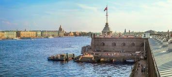 St Petersburg, Rússia Ideia da área da água do Neva, do cais e do bastião de Naryshkin do Peter e do Paul Fortress Fotos de Stock