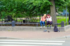 St Petersburg Rússia 07 10 2018 Jovens que alimentam os pombos Imagem de Stock