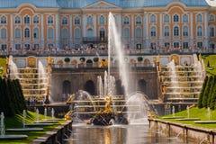 St Petersburg, Rússia-Jule 29, 2018 Fontes da cascata grande em Peterhof fotografia de stock royalty free