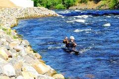 St Petersburg Rússia 05 19 2018 Kayaker em um barco no rio VUOKSA imagem de stock royalty free