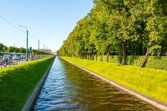 St Petersburg, Rússia - o canal da cisne e o verão estacionam com as árvores verdes no tempo ensolarado Paisagem da cidade do ver Fotografia de Stock