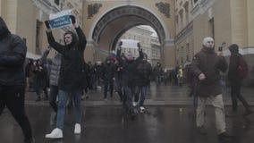 ST PETERSBURG, RÚSSIA, O 26 DE ABRIL DE 2017 Protesto da corrupção do russo anti filme