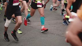 St Petersburg Rússia, o 9 de julho de 2017 - pés e pés dos corredores profissionais no equipamento de esporte no movimento lento  filme
