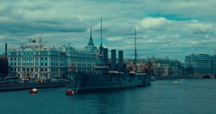 St Petersburg Rússia, o 13 de maio de 2017: A Aurora revolucionária legendária do cruzador do navio-museu no rio de Neva filme