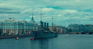 St Petersburg Rússia, o 13 de maio de 2017: A Aurora revolucionária legendária do cruzador do navio-museu no rio de Neva vídeos de arquivo