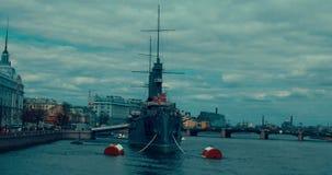 St Petersburg Rússia, o 13 de maio de 2017: A Aurora revolucionária legendária do cruzador do navio-museu no rio de Neva video estoque