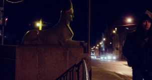 St Petersburg Rússia, o 3 de março de 2019: Pedestres e tráfego na área da ponte de Egypetsky video estoque