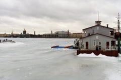 St Petersburg, Rússia, o 10 de março de 2019 Seta Vasilyevsky Island da vista do lado de Petrograd do cais do rio fotografia de stock royalty free