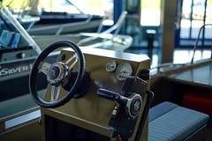 St Petersburg Rússia 05 18 2018 O interior do barco, gestão do wheelhouse fotografia de stock royalty free