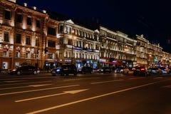 St Petersburg, Rússia, pode 2019, nivelando a perspectiva de Nevsky Luzes nas luzes de rua no centro da cidade Tráfego e estrada  fotos de stock