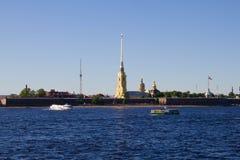 St Petersburg, Rússia, pode 2019, rio de Neva em um dia de verão ensolarado Opini?o o Peter e o Paul Fortress imagens de stock royalty free