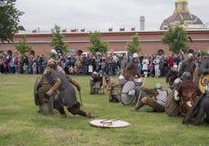 St Petersburg, Rússia - 28 podem 2016: batalha dos Viquingues O reenactment e o festival históricos podem 28, 2016, em Saint Pete Fotografia de Stock Royalty Free