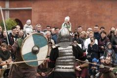 St Petersburg, Rússia - podem 28, 2016: Dois guerreiros de Viking que lutam com espadas Reconstrução histórica em St Petersburg,  Imagem de Stock Royalty Free
