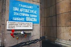 St Petersburg, Rússia - podem 15, 2015: A inscrição na memória do bloqueio de Leninegrado Cidadãos ao descascar imagem de stock royalty free