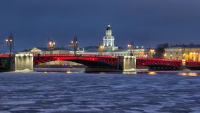 St Petersburg Rússia A ponte do palácio Fotos de Stock Royalty Free