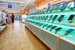 St Petersburg Rússia 11 26 2018 prateleiras da loja da eletrônica Smartphones e tabuletas fotos de stock royalty free