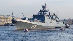 St Petersburg, Rússia - 07/23/2018: Preparação para a parada naval - almirante Makarov da fragata imagem de stock royalty free