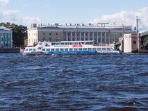 St Petersburg Rússia Septembert 12, 2016: Um barco da excursão navega após a ponte do palácio em St Petersburg, Rússia Fotografia de Stock
