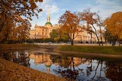 St Petersburg, Rússia - vista no castelo de Mikhailovsky do parque no por do sol foto de stock royalty free