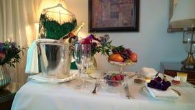 ST PETERSBURG, R?SSIA - 23 DE DEZEMBRO DE 2018: Garrafa do champanhe de MOET na cubeta de gelo filme