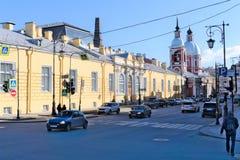 St Petersburg, R?ssia, em abril de 2019 Avenida velha no centro da cidade na mola adiantada imagem de stock royalty free
