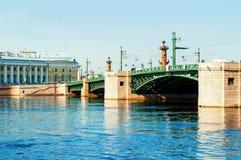 St Petersburg, R?ssia Ponte do pal?cio sobre o rio de Neva em St Petersburg R?ssia e museu zool?gico fotos de stock
