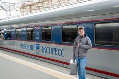 St Petersburg Rosja, Czerwiec, - 05 2017 Chłopiec blisko szybkościowego pociągu Nevsky Ekspresowy Obrazy Stock