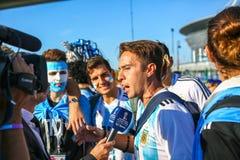 St Petersburg Rosja, Czerwiec, - 26, 2018: Dziennikarz przeprowadza wywiad wielbicieli sportu Argentyna obywatela drużyna futbolo obraz royalty free