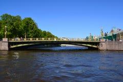 St Petersburg Rosja, Czerwiec, - 04 2017 Panteleymonovsky mosta i Maevsky mieszkania dom Zdjęcia Royalty Free