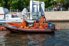 St Petersburg Rosja, Czerwiec, - 04 2017 Rewizi i ratowniczej usługa łódź w cieśninie Kronverksky Obrazy Stock