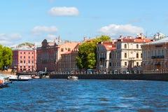 St Petersburg Rosja, Czerwiec, - 04 2017 Stare rezydencje ziemskie xix wiek na Fontanka rzeki bulwarze Obraz Stock