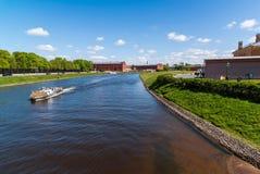 St Petersburg Rosja, Czerwiec, - 04 2017 statek z słomą unosi się na Kronverkskiy cieśninie Obraz Stock