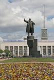 ST PETERSBURG ROSJA, CZERWIEC, - 22, 2008: Statua Lenin przed Finlyandsky stacją kolejową Zdjęcie Stock