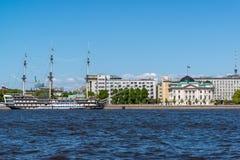 St Petersburg Rosja, Czerwiec, - 04 2017 widok Petrine fregaty i quay gracja Obrazy Royalty Free