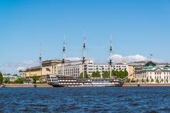 St Petersburg Rosja, Czerwiec, - 04 2017 widok Petrine fregaty i quay gracja Zdjęcia Stock