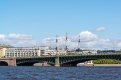 St Petersburg Rosja, Czerwiec, - 04 2017 Widok Troitsky most od pałac bulwaru Zdjęcie Royalty Free