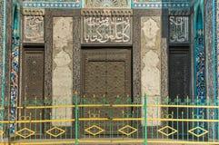 St Petersburg, Rosja - 04 26 2019: Katedralny meczet Wejście katedralny meczet dekoruje z medalionami z fotografia stock