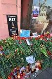 ST PETERSBURG ROSJA, KWIECIEŃ, - 06, 2017: Jęczący kwiaty przy plakatowym terrorem no są blisko metro instytutu technologii póżni Obraz Royalty Free